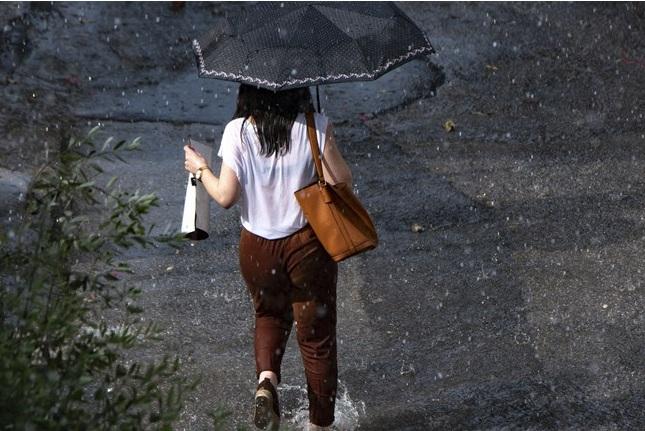 Με τοπικές βροχές, νεφώσεις και ήπιες θερμοκρασίες ο καιρός σε ολόκληρη τη χώρα
