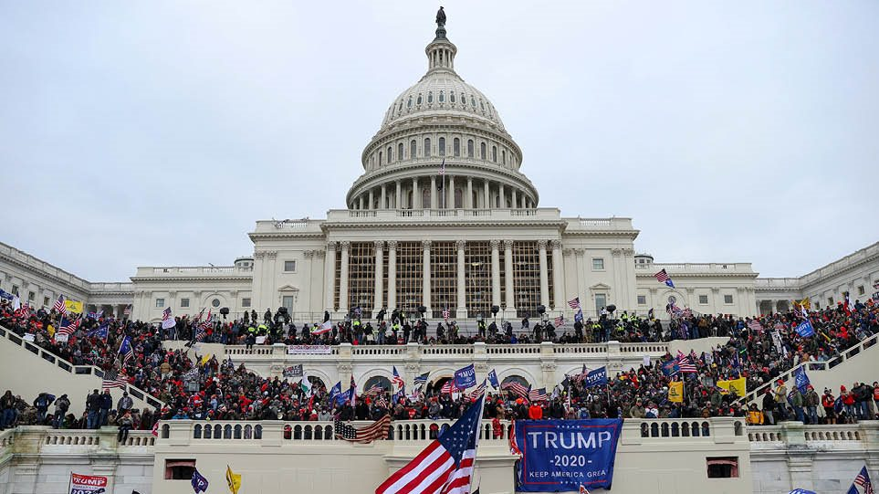 Χάος στις ΗΠΑ με την εισβολή στο Καπιτώλιο: Οι 4 ώρες που συγκλόνισαν τον κόσμο