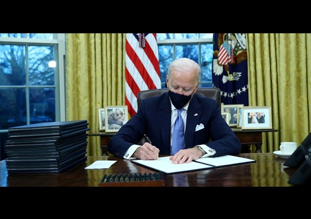 Πρώτη ημέρα Μπάιντεν στον Λευκό Οίκο: Ξήλωμα πολιτικής Τραμπ με το καλημέρα – Οι 17 πρώτες αποφάσεις
