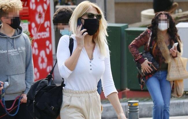 Φαίη Σκορδά: Έβαλε τη μάσκα της και έκανε βόλτα στο Κολωνάκι (Photos)