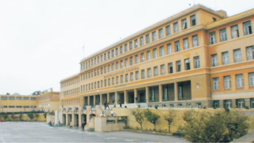 «Πόλεμος» στο Αρσάκειο με τις καταγγελίες κατά Λιγνάδη – Απόφοιτοι ζητούν να βγουν οι καταγγελίες στο φως