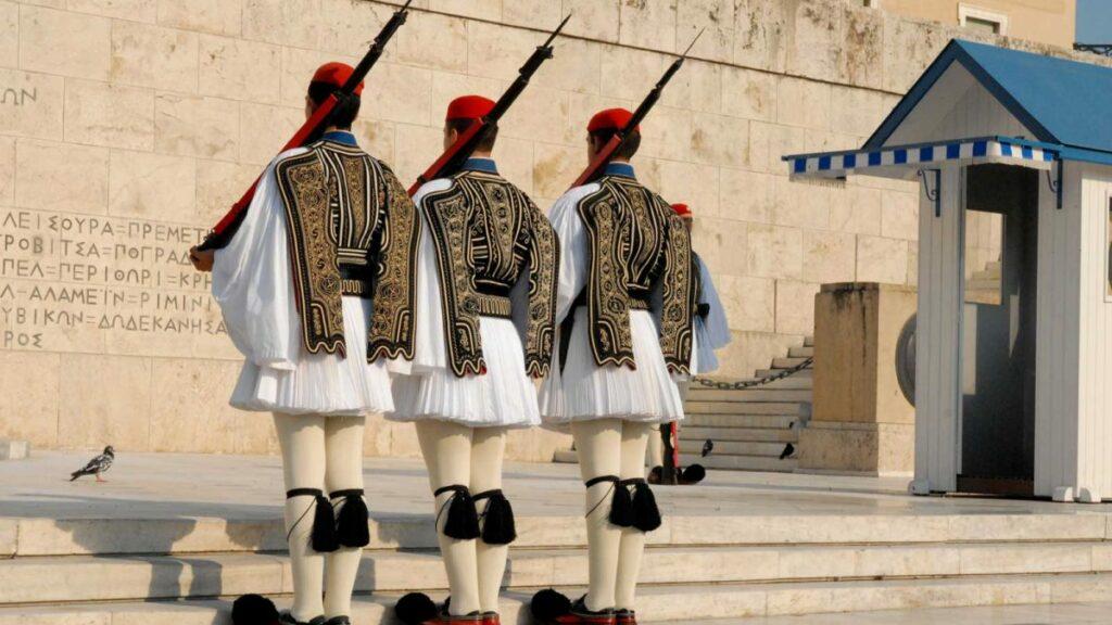 Κακοκαιρία «Μήδεια»: Φόρεσαν τις κάπες τους οι Εύζωνες στον Άγνωστο Στρατιώτη (Photos)