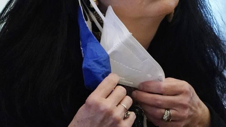 Ελληνας ερευνητής στις ΗΠΑ: Τι ισχύει για τη διπλή μάσκα, το κόλπο για να δούμε αν εφαρμόζει σωστά