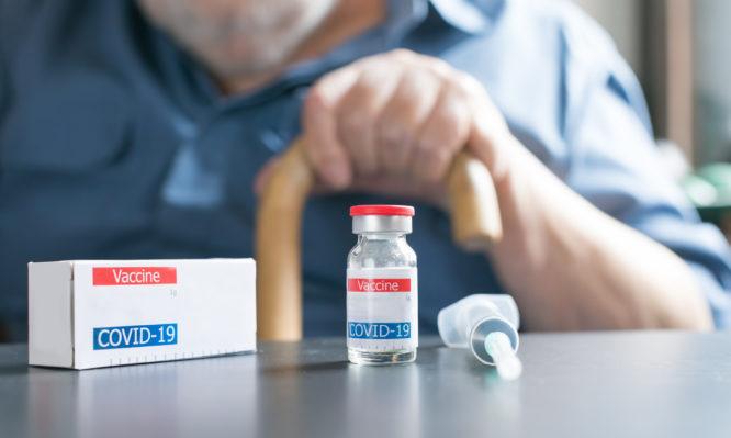Μείωση κρουσμάτων στους άνω των 75 ετών χάρη στον εμβολιασμό- Η θέση της Ελλάδας παγκοσμίως