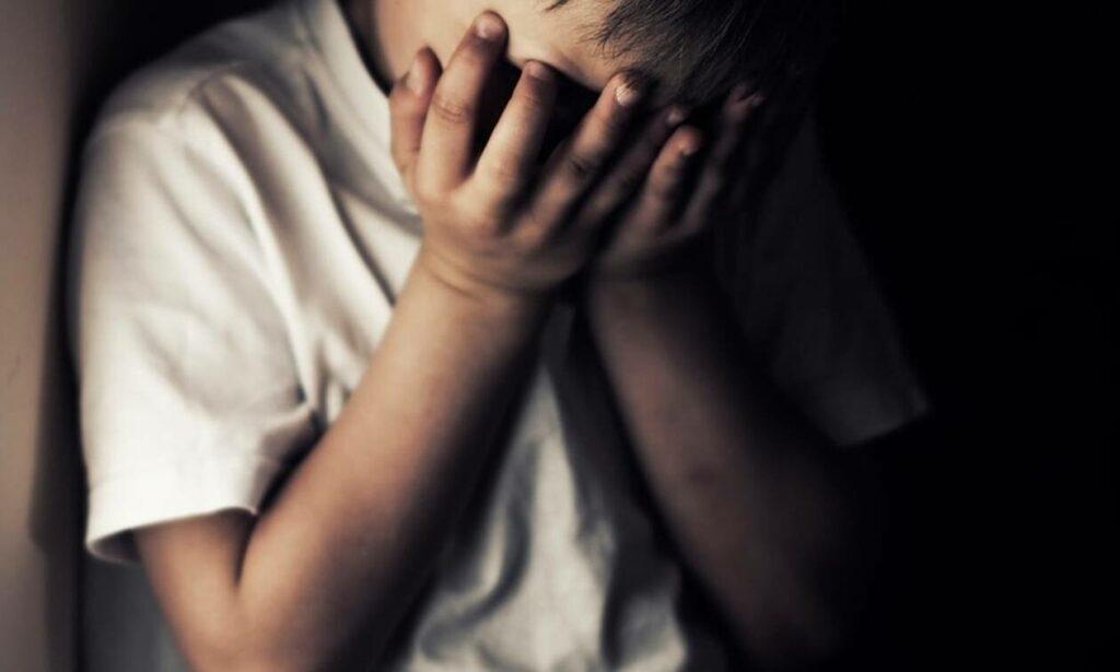 Φρίκη: Γονείς κρατούσαν σε βαρέλι το 11χρονο παιδί τους – Έτρωγε μόνο φλούδες και σκουπίδια