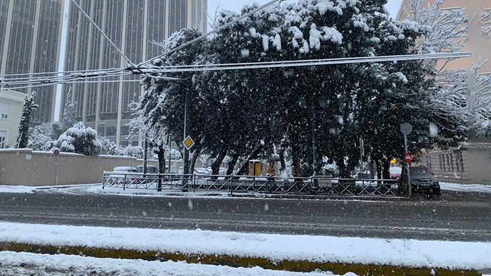Χιόνια στην Αττική: Δύσκολες οι μετακινήσεις – Πού υπάρχουν προβλήματα-Mείνετε σπίτια σας ως τις 10:00