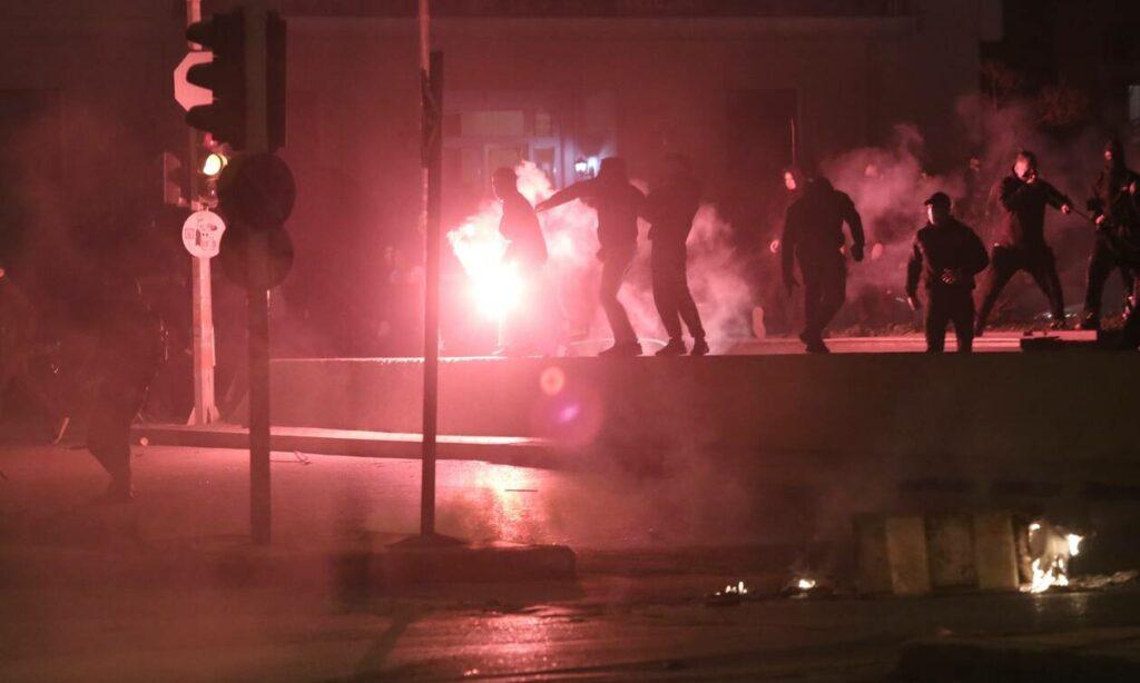 Νέα Σμύρνη: Μου φώναζαν «πουτ@@@ θα πεθάνεις» – Η κατάθεση σοκ του τραυματία αστυνομικού
