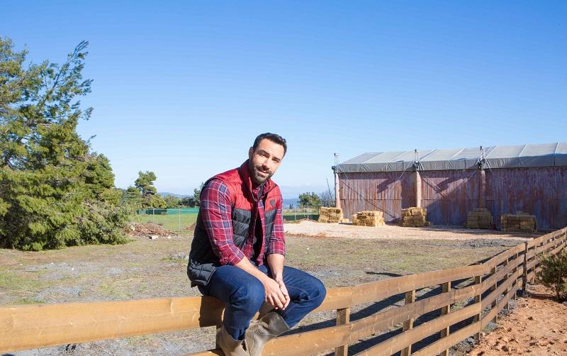 """Δείτε πως υποδέχτηκε ο Σάκης Τανιμανίδης τους επίδοξους αγρότες στη """"Φάρμα"""""""