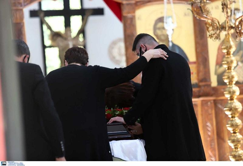 Γιώργος Καραϊβάζ: Η κηδεία και η εικόνα που έκανε τους πάντες να δακρύσουν