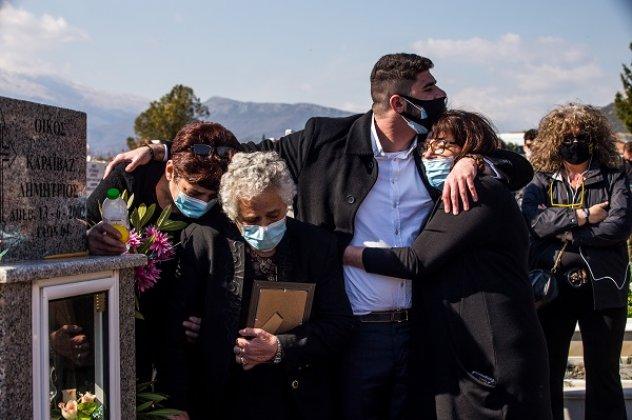 Γιώργος Καραϊβάζ: Η σύζυγος, η αδερφή, η μητέρα & ο γιος του τον συνόδευσαν στην τελευταία του κατοικία