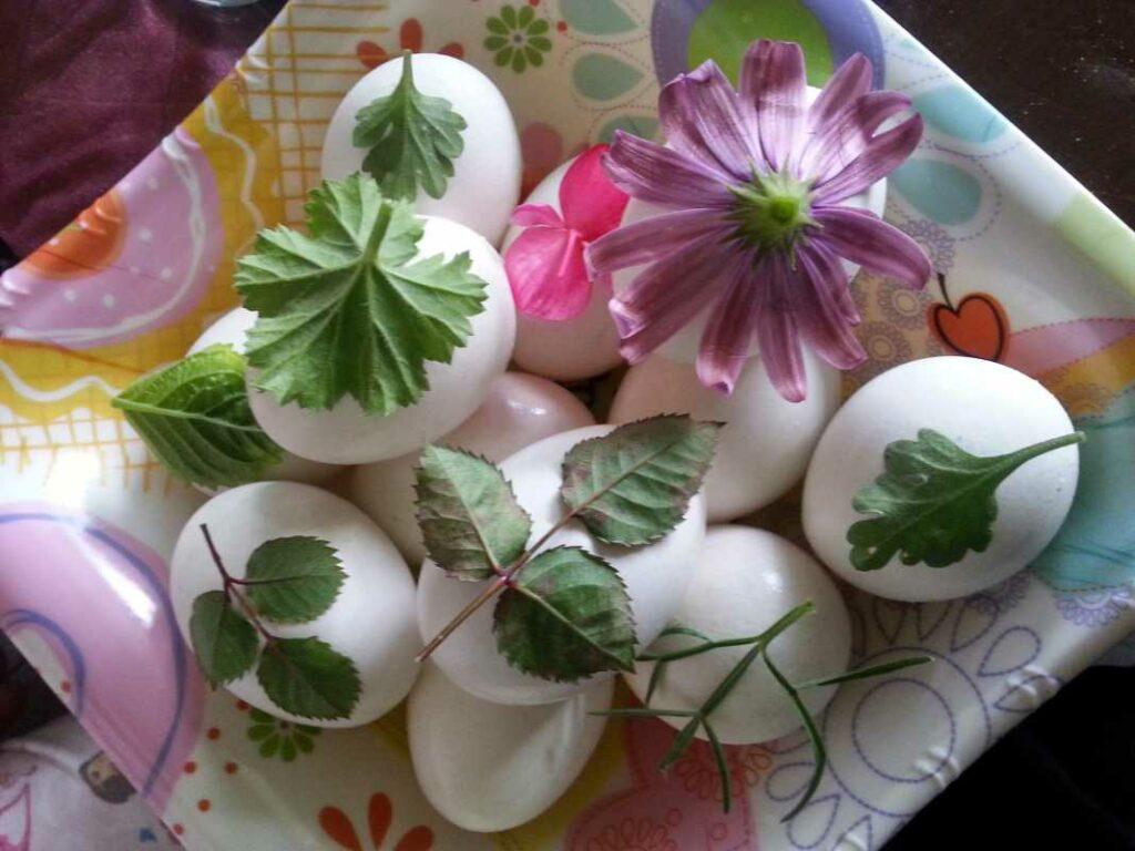 Πασχαλινά αυγά βαμμένα με φυσικές βαφές και λουλουδένια σχέδια από την Εύα Παρακεντάκη