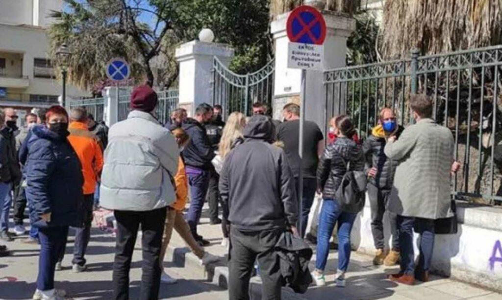 Μακρινίτσα: Προσπάθησαν να πιάσουν στα χέρια τους τον δράστη του διπλού φονικού – Οργή στα δικαστήρια (pics)