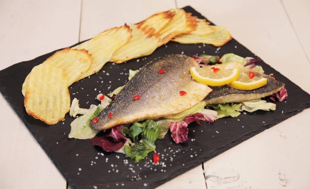 Φιλέτο λαβράκι πανέ με αρωματική κρούστα και πατάτες στο φούρνο από την Εύα Παρακεντάκη