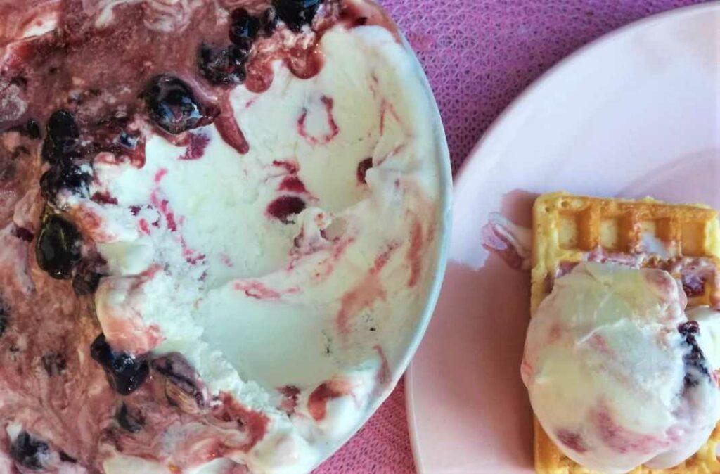 Παγωτό Cheesecake με γλυκό βύσσινο από την Εύα Παρακεντάκη!
