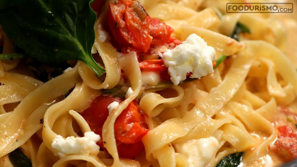 Ταλιατέλες με σπανάκι και ντοματίνια σε κρεμώδη σάλτσα φέτας – κουρκουμά