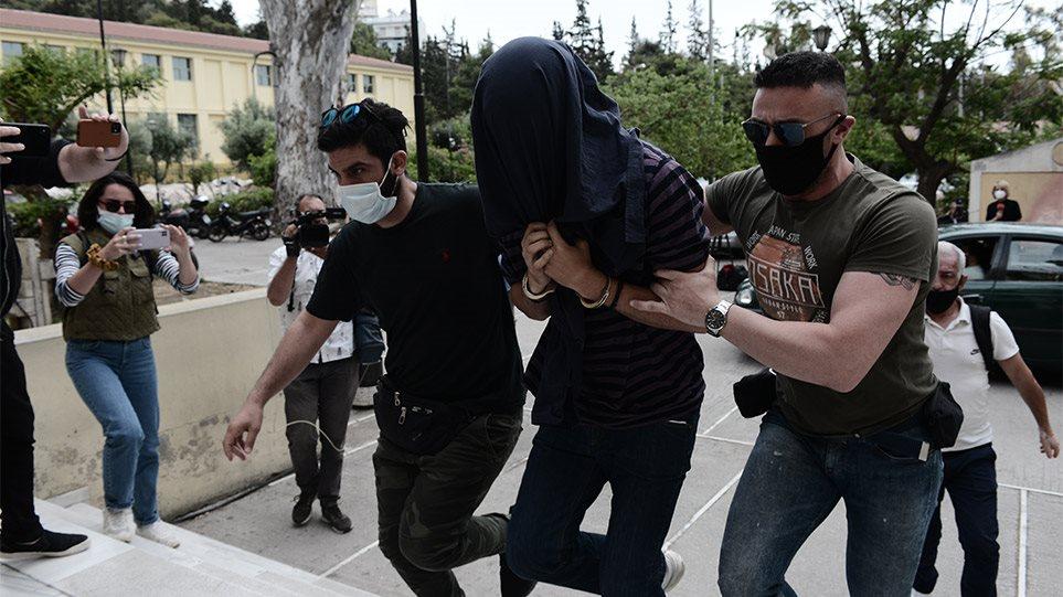 Στον εισαγγελέα με ζακέτα στο κεφάλι ο 22χρονος σάτυρος της Νέας Σμύρνης