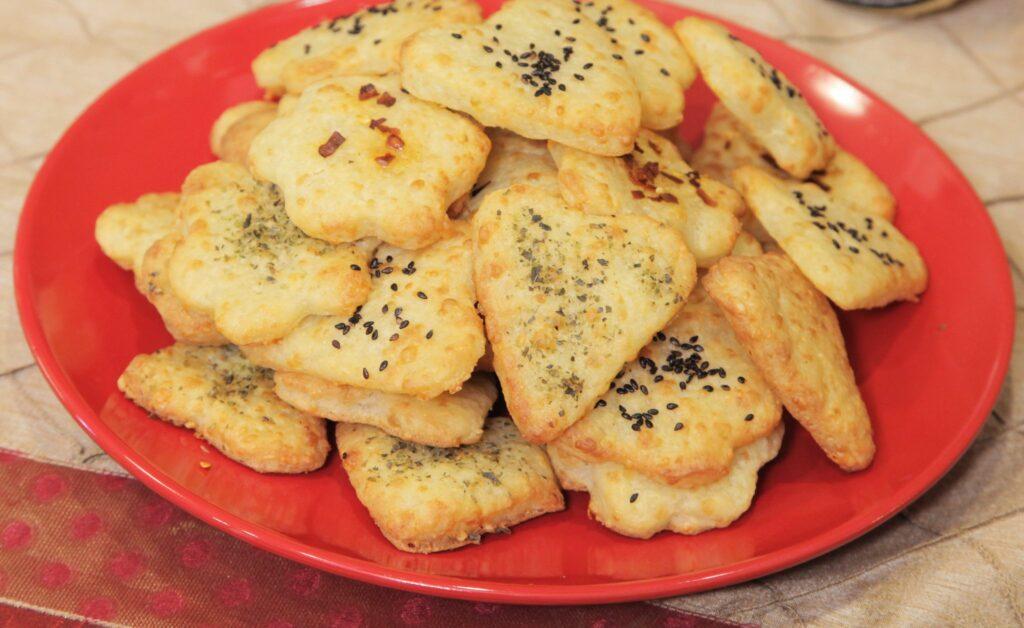 Κρακεράκια τυριού με τρία υλικά από την Εύα Παρακεντάκη