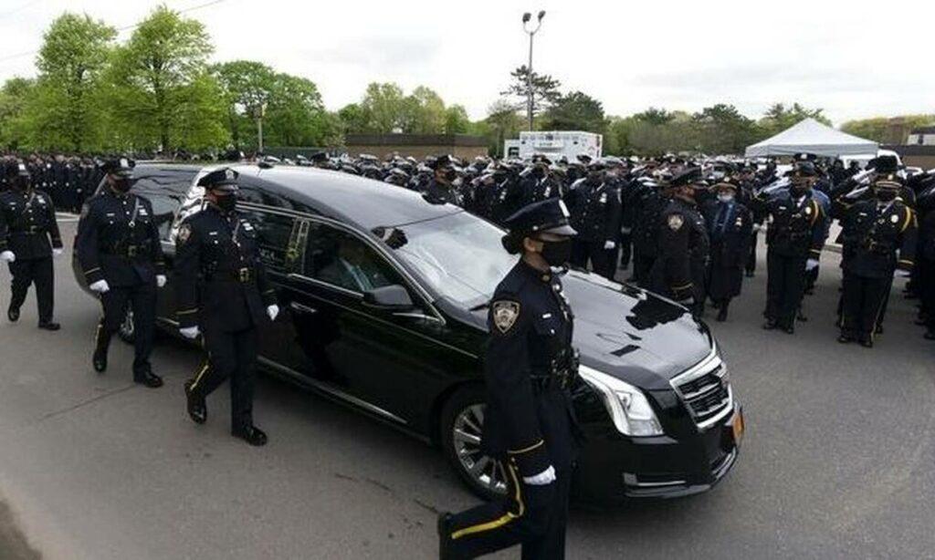 Ράγισαν καρδιές στην κηδεία του ομογενή αστυνομικού Αναστάσιου Τσάκου που δολοφονήθηκε
