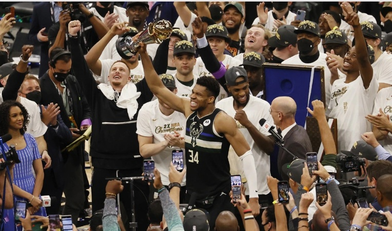 NBA: Ο Γιάννης Αντετοκούνμπο στην κορυφή του κόσμου – Οδήγησε τους Μπακς στο πρωτάθλημα, βγήκε και MVP των τελικών
