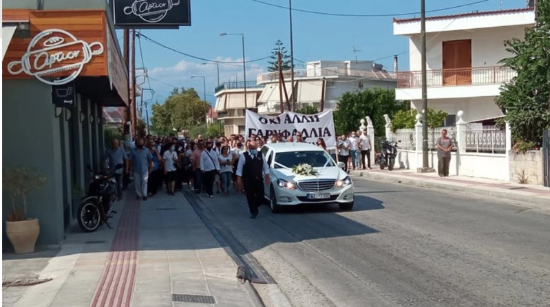 Έγκλημα στη Φολέγανδρο: Με πανό «όχι άλλη Γαρυφαλλιά» οι συγγενείς για το τελευταίο «αντίο» στην 26χρονη