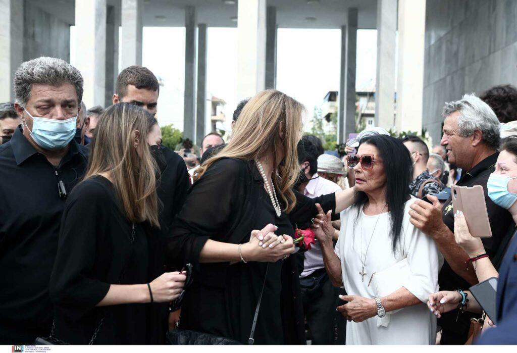 Κηδεία Τόλη Βοσκόπουλου: Το θλιμμένο βλέμμα της Άντζελας Γκερέκου και το χάδι στη Ζωζώ Σαπουντζάκη