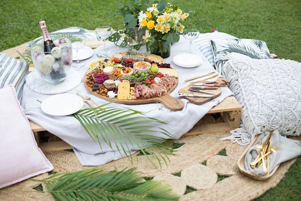 Πλατό τυριών-αλλαντικών με νάζι και τρεις μαρμελάδες από την Εύα Παρακεντάκη