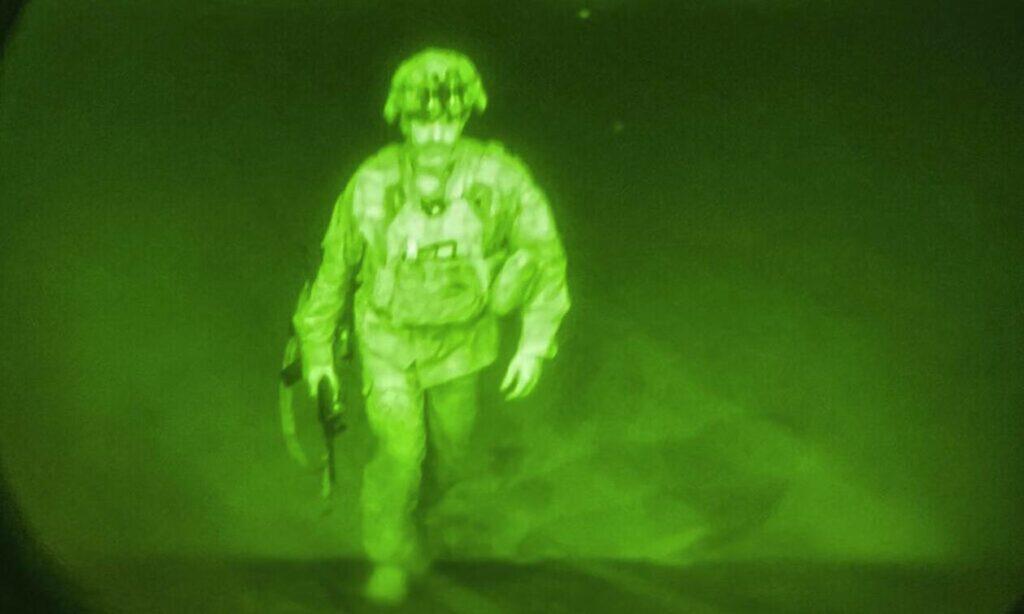 Αφγανιστάν: Αυτός είναι  o Αμερικανός αξιωματικός που έφυγε τελευταίος – Ιστορική φωτογραφία