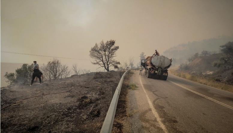 Μάχη με τις φλόγες στην Εύβοια: Εκκενώνονται οι Κεχριές – Εντάθηκαν οι άνεμοι – Δυσκολεύονται να επιχειρήσουν τα εναέρια μέσα