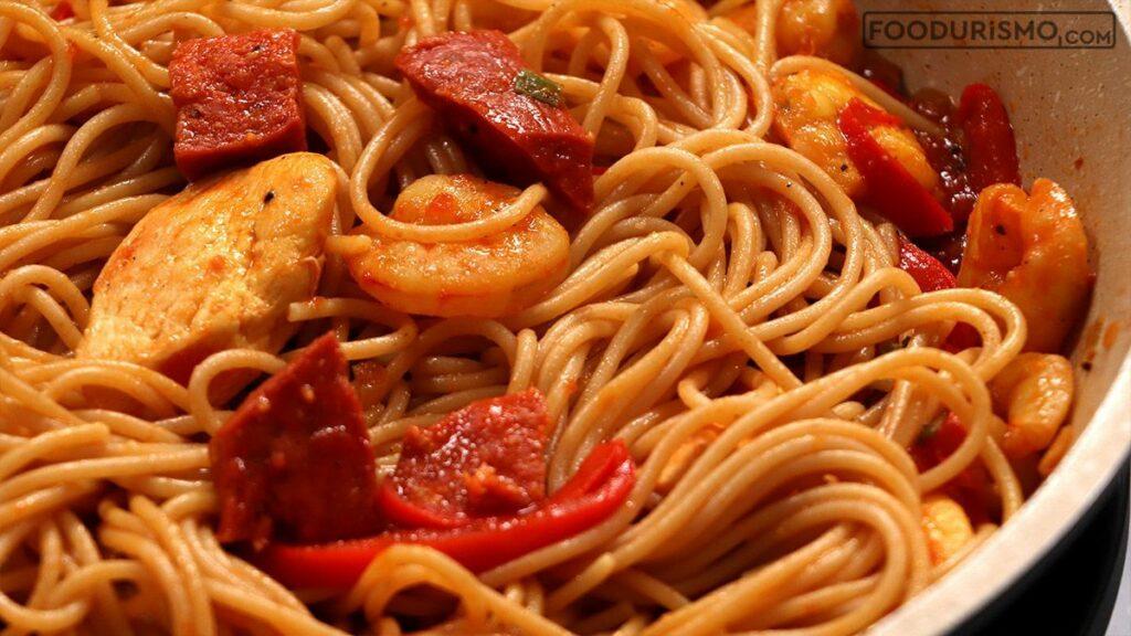 Σπαγγέτι με κοτόπουλο, σαλαμι τσορίθο και γαρίδες