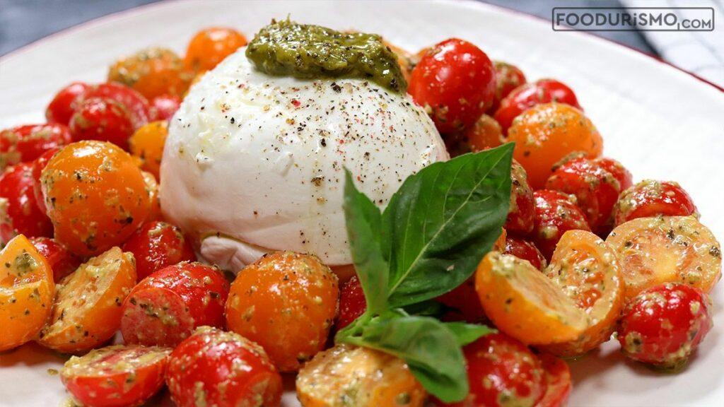 Δροσερή σαλάτα Caprese με ντοματίνια, μοτσαρέλα και πέστο βασιλικού