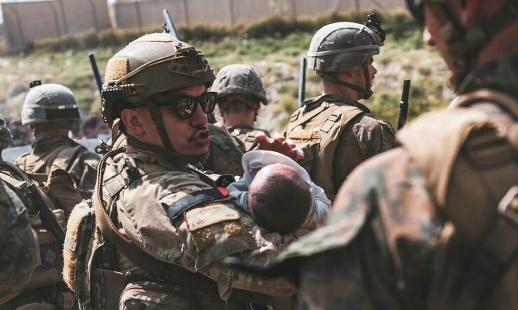 Αφγανιστάν: Συγκινεί ο θρήνος της μητέρας 2χρονης που ποδοπατήθηκε – «Δεν κατάφερα να τη σώσω»