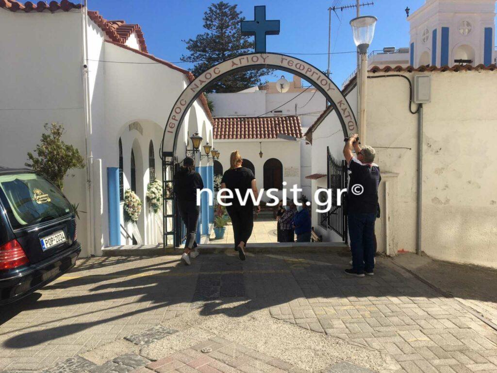 Έγκλημα στη Ρόδο: Nτυμένοι στα λευκά στην  κηδεία της Ντόρας που δολοφονήθηκε από τον πρώην σύντροφο της