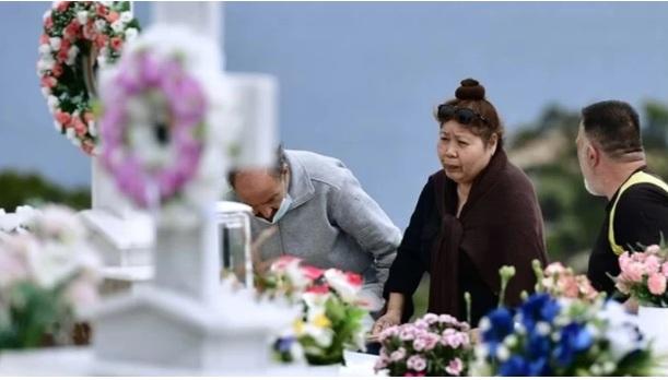 """Γλυκά Νερά: Η μητέρα της Καρολάιν πέταξε την επιγραφή με την """"πολυαγαπημένη μου σύζυγο"""" από το μνήμα, την έσπασε"""