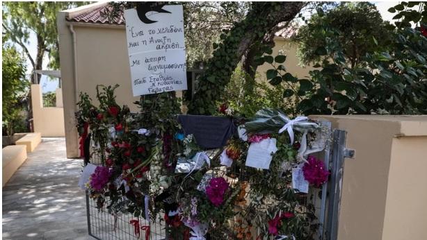 Μίκης Θεοδωράκης: Λουλούδια και σημειώματα στο πατρικό του σπίτι στον Γαλατά Χανίων