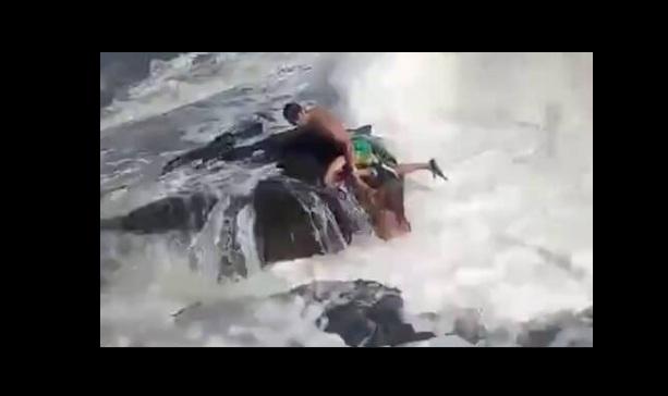 Συγκλονιστικό βίντεο: Κατέγραψε τη στιγμή που η θάλασσα «κατάπιε» και σκότωσε τον σύζυγό της